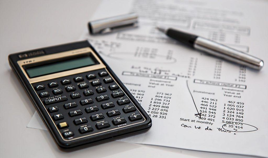 Die Berechnung der Steuern mit Taschenrechner.